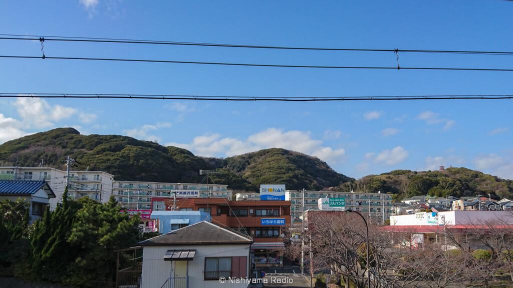 京急長沢駅から三浦富士を望む
