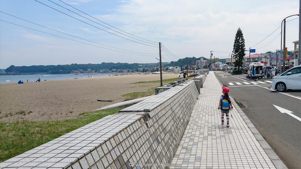 砂浜を歩き疲れたら、舗装路を歩く