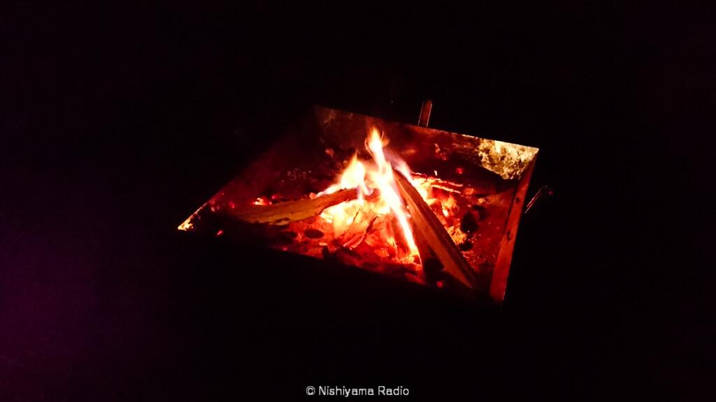 焚火を囲んで語らう