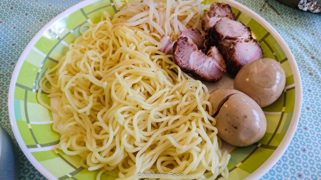 お昼は薫玉とチャーシューでつけ麺