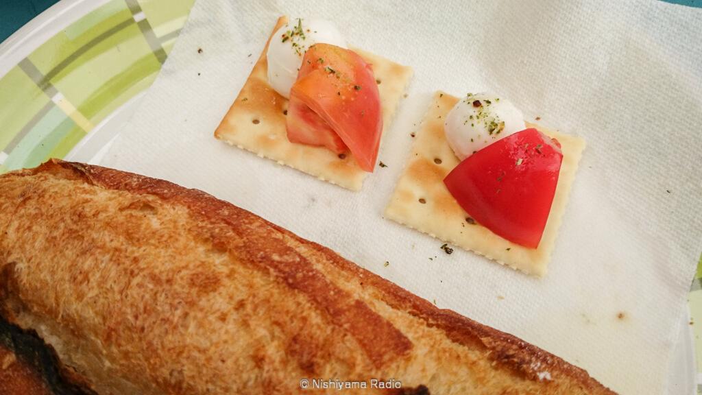 モッツァレラチーズとトマトのクラッカー