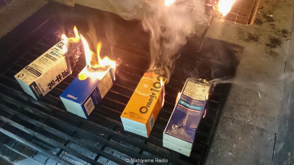 牛乳パックに火をつける