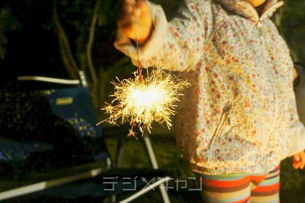 キャンプの夜は花火も楽しい